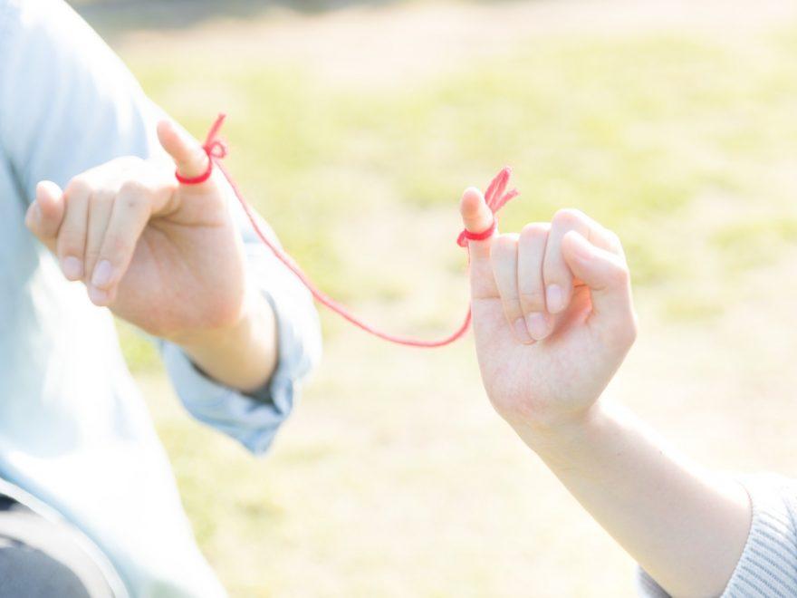 赤い糸とカップルの手